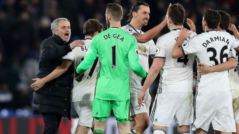 Jose Mourinho congratulates his players after the victory against Crystal Palace. Goal