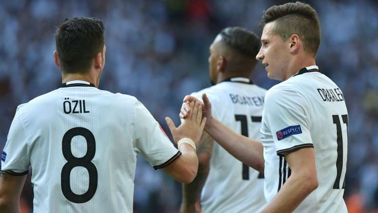 Ozil (L) wants Arsenal to sign Germany team-mate Draxler to join the Gunners. Goal