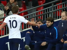 Pochettino says Spurs need to win trophies to convince Kane to stay. GOAL