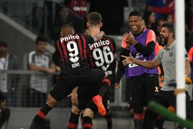 Corinthians cai diante do Furacão, enquanto Cruzeiro bate o Vitória por 3 a 0.