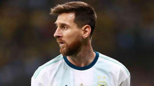 Messi é aclamado por torcedores antes de enfrentar o Brasil. Goal