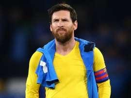 Apagado, Messi finaliza só uma vez e leva cartão na casa de Maradona