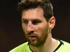Messi a pris un coup de Smalling au visage. Goal