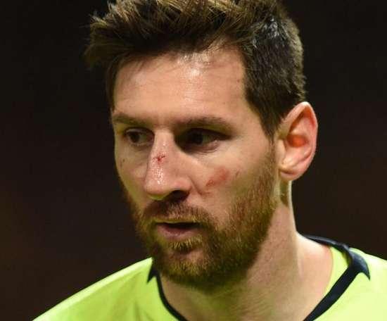 Smalling fala em 'acidente' após machucar Messi. Goal