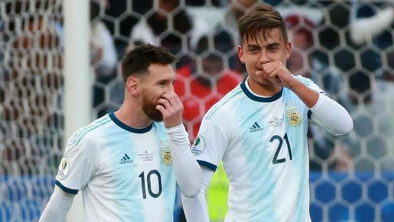 Jogar com Messi é uma máxima que até hoje Dybala precisa explicar. Goal