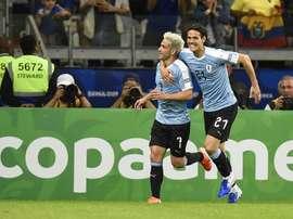 Lodeiro e Cavani comemoram gol do Uruguai contra o Equador