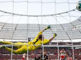 Lucas Alario et Christian Mathenia, Leverkusen-Hamburg, Bundesliga. GOAL