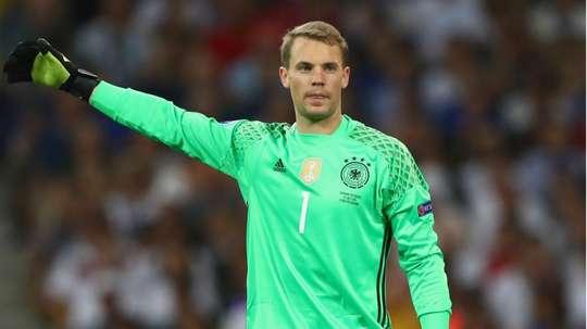 Neuer encourage son équipe. Goal
