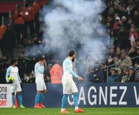 Marsiglia-Lille sospesa, esplode un petardo in campo: giocatori storditi
