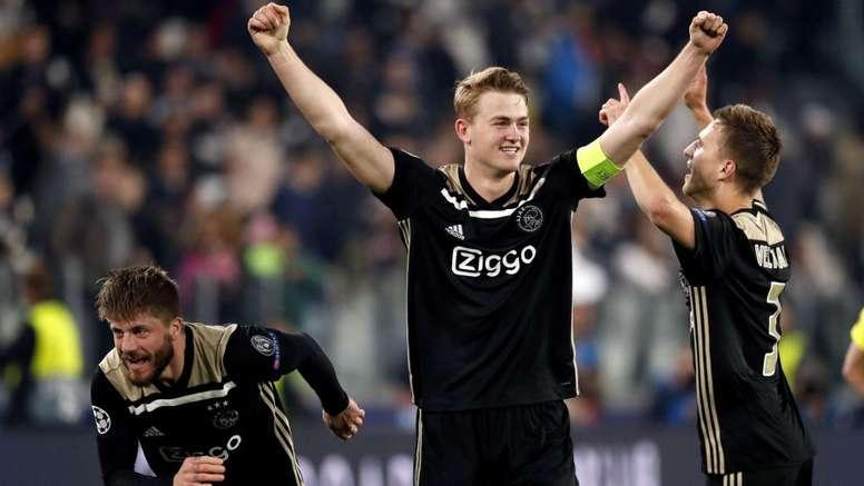 L'Ajax vola: Overmars e van der Sar esultano in campo