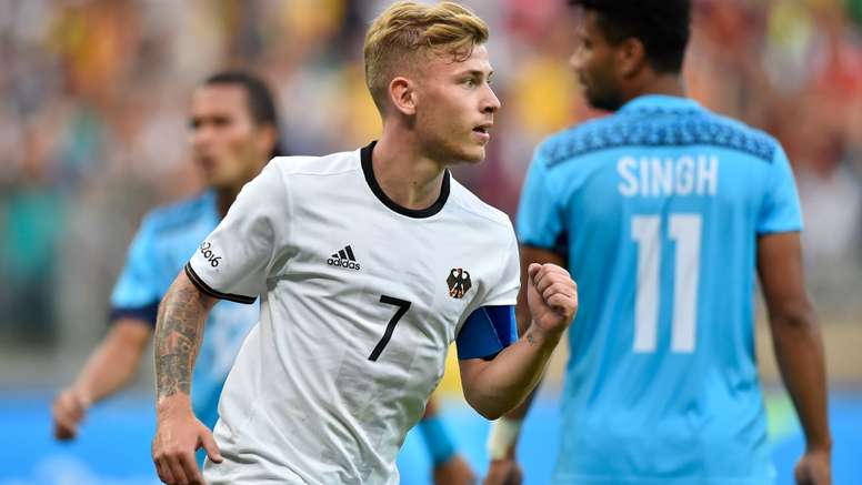 The German Max Meyer has a lot of options. Goal