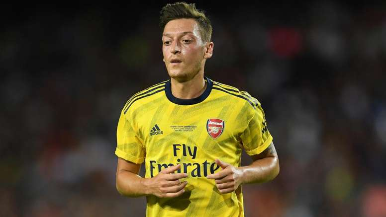Emery tells Ozil to fight for Arsenal spot after missing win over Standard Liege