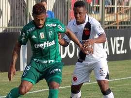 Michel Bastos superior a Egídio na lateral esquerda. Goal