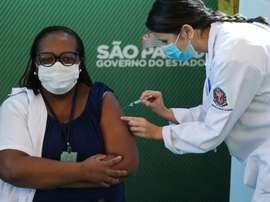 Monica Calazans, a primeira vacinada contra a Covid-19 no Brasil.