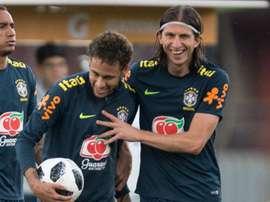 Brincadeira entre Neymar e Filipe Luís ao rubro na internet. Goal