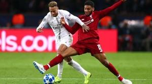 Gomez battles against PSG's Neymar. GOAL