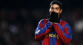 Quand Ronaldinho suppliait un adversaire d'arrêter de le frapper. GOAL