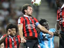 Paul Baysse à la lutte avec Bafetimbi Gomis en Ligue 1. Goal