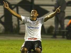 Paulinho treina no Corinthians e torcida pede sua permanência. GOAL