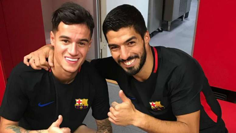 Look away, Liverpool fans! Suarez welcomes Coutinho to Barcelona. Goal