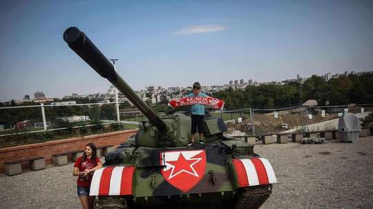 Un char devant le stade, les supporters de l'Etoile Rouge sortent l'artillerie lourde. AFP