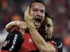 Réver dá um banho em Paolo Guerrero. Goal