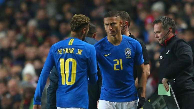 Neymar surprises Richarlison with Everton award