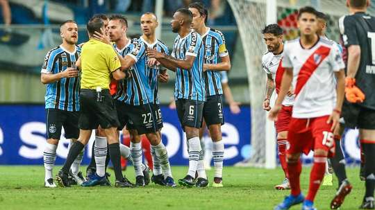 Gremio player confronts the referee after awarding a late penalty. GOAL