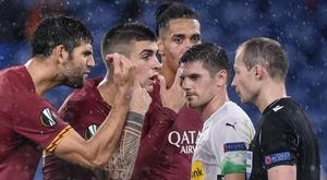 I giocatori della Roma protestano per il rigore contro. Goal