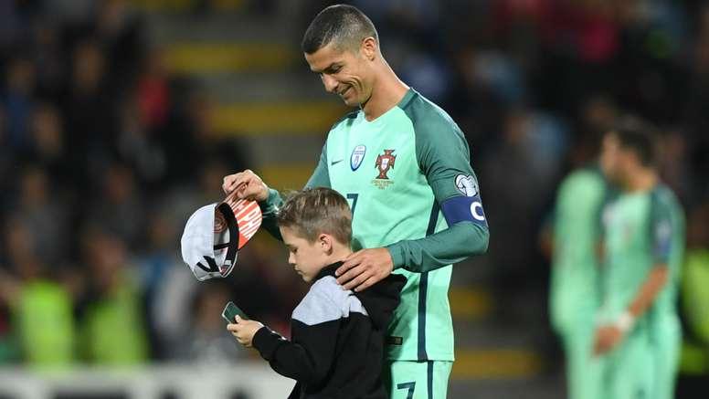 Por foto com Cristiano Ronaldo, garotinho invade campo em Letônia x Portugal