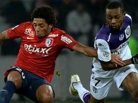 Ryan Mendes et Jean Akpa-Akpro pendant un match de Ligue 1 entre Lille et Toulouse. AFP