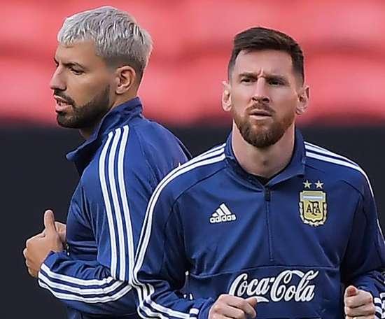 Sergio Agüero défend Leo Messi. Goal