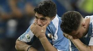 Neymar consola Suárez após eliminação do Uruguai.