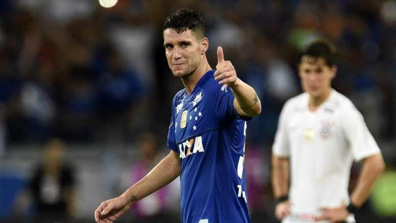 cd3c72d06c Cruzeiro 1 x 0 Corinthians  Raposa vence com gol de Thiago Neves e ...