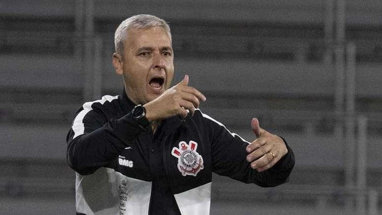 Torcida 'poupa' Tiago Nunes após tropeço do Corinthians