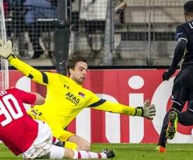 Tim Krul et Alexandre Lacazette lors du match entre AZ Alkmaar et Olympique Lyonnais. Goal