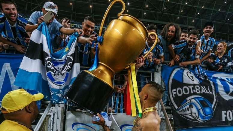 No BRasil é moda imitar a taça da Champions. Goal