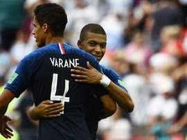 Varane gostaria de contar com Mbappé em seu time. Goal