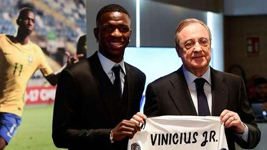Vinicius et Florentino lors de la présentation du jeune Brésilien à Madrid. Goal