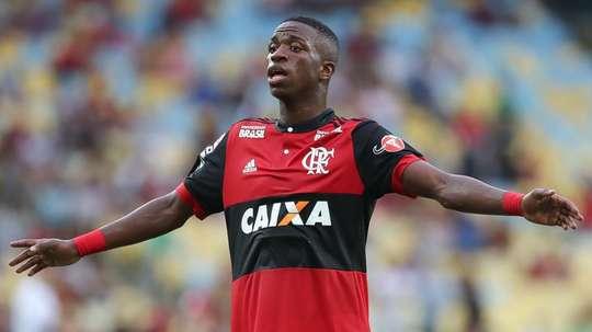 Flamenguistas defendem Vinícius Júnior após expulsão: 'ele escorregou, foi acidente'.