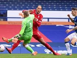 Georginio Wijnaldum estime que le tacle de Pickford sur Van Dijk était stupide. Goal