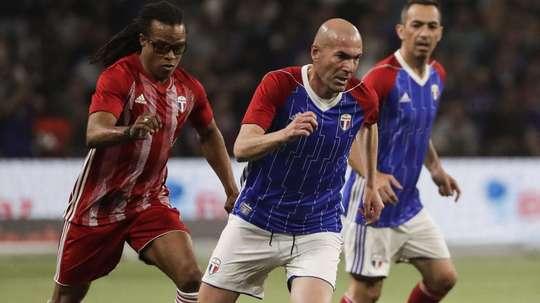 Passe de letra, assistência e golaço de falta. Zidane brilha em amistoso que celebra título de 1998