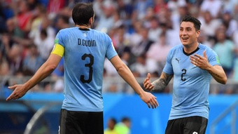 Godín y Giménez se quejaron del arbitraje. AFP