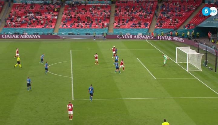 Alaba le regaló de cabeza el gol a Arnautovic... ¡pero el VAR salvó a Italia! Captura/Telecinco