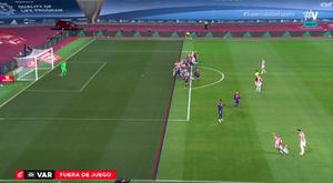 Raúl García puso el 1-2, pero el VAR salvó al Barça por milímetros. Captura/Vamos