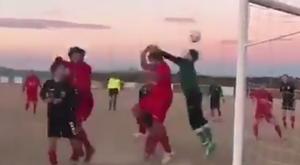 Gol con la mano en un partido entre el Usanos y el Castilla La Mancha de segunda autonómica. Twitter