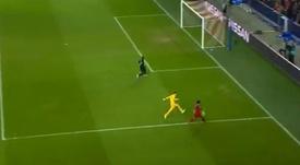 Salah logró un gol imposible... ¡con su pierna mala! Captura/Movistar