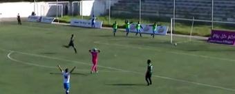 Sorprendente gol en propia puerta en la Segunda División de Marruecos. Captura/TwitterMaghribFoot