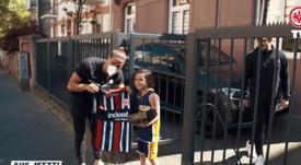 Gonçalo Paciencia hizo este regalo a un niño por su cumpleaños. Captura/EintrachtTV
