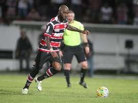 Grafite se dispone a chutar el penalti que se convertiría en el primer gol de los cuatro que Santa Cruz de Recife anotó al Cruzeiro de Belo Horizonte. SantaCruzPE